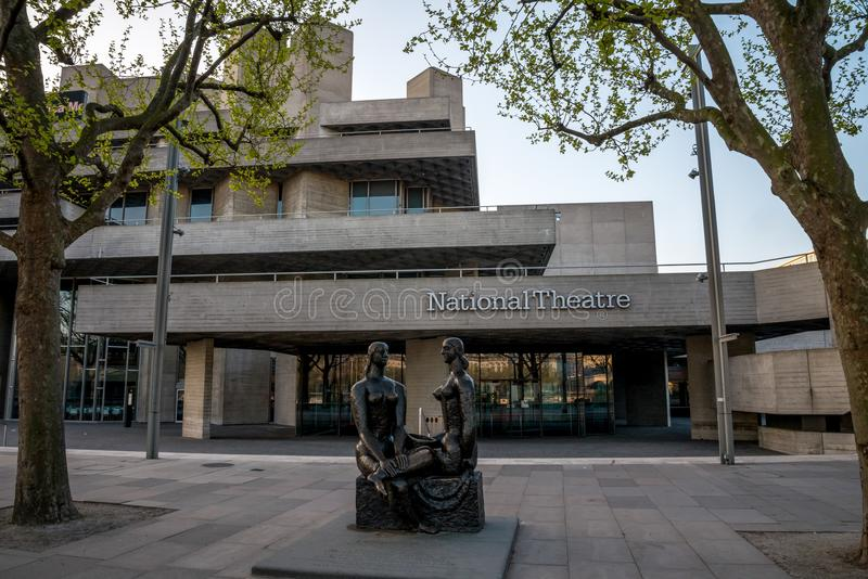 Άγαλμα υπερηφάνειας του Λονδίνου μπροστά από το εθνικό θέατρο στο South Bank, Λονδίνο στοκ φωτογραφίες με δικαίωμα ελεύθερης χρήσης
