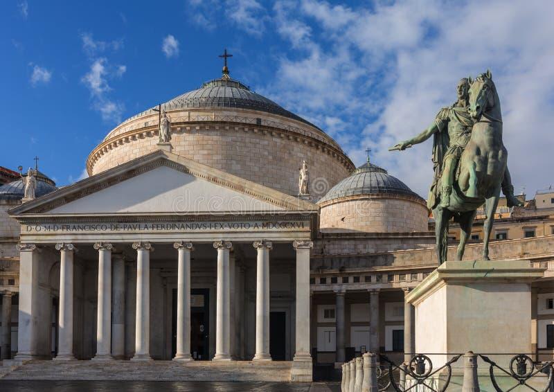 Άγαλμα χαλκού του βασιλιά Ferdinand I του μπέρμπον και της εκκλησίας SAN Francesco Di Paola, Plebiscito Square Piazza del Plebisc στοκ εικόνα