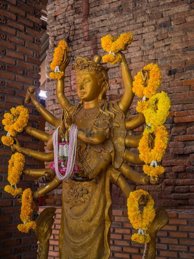 Άγαλμα χρυσών δέκα έξι όπλων Guanyin Shiva, Βούδας Cundi Bodh στοκ φωτογραφία με δικαίωμα ελεύθερης χρήσης