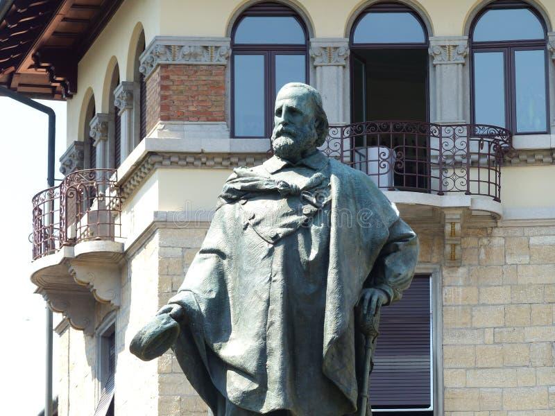 Άγαλμα Garibaldi μπροστά από ένα αρχαίο κτήριο στο Μπέργκαμο r στοκ εικόνες