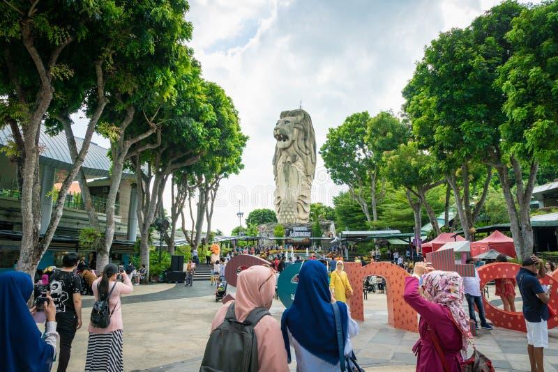 Άγαλμα Merlion στο νησί Sentosa και τουρίστες στη Σιγκαπούρη στοκ εικόνες με δικαίωμα ελεύθερης χρήσης