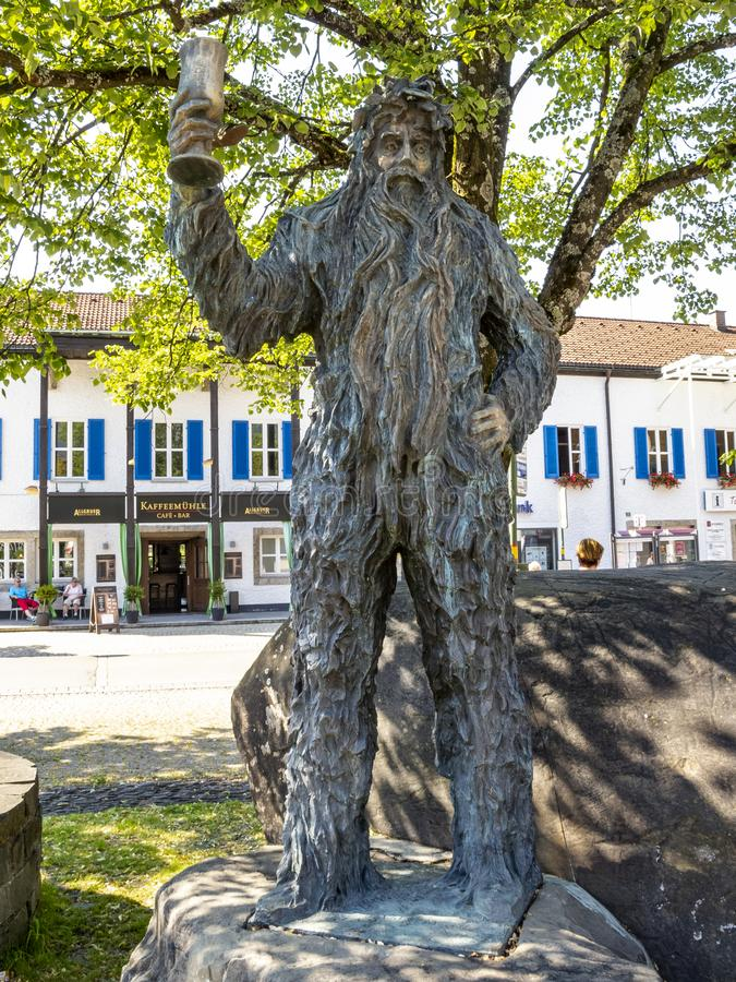 Άγαλμα wilde-Maendle χαλκού ή άγαλμα του άγριου ατόμου μια ηλιόλουστη θερινή ημέρα σε Oberstdorf, Γερμανία στοκ φωτογραφία