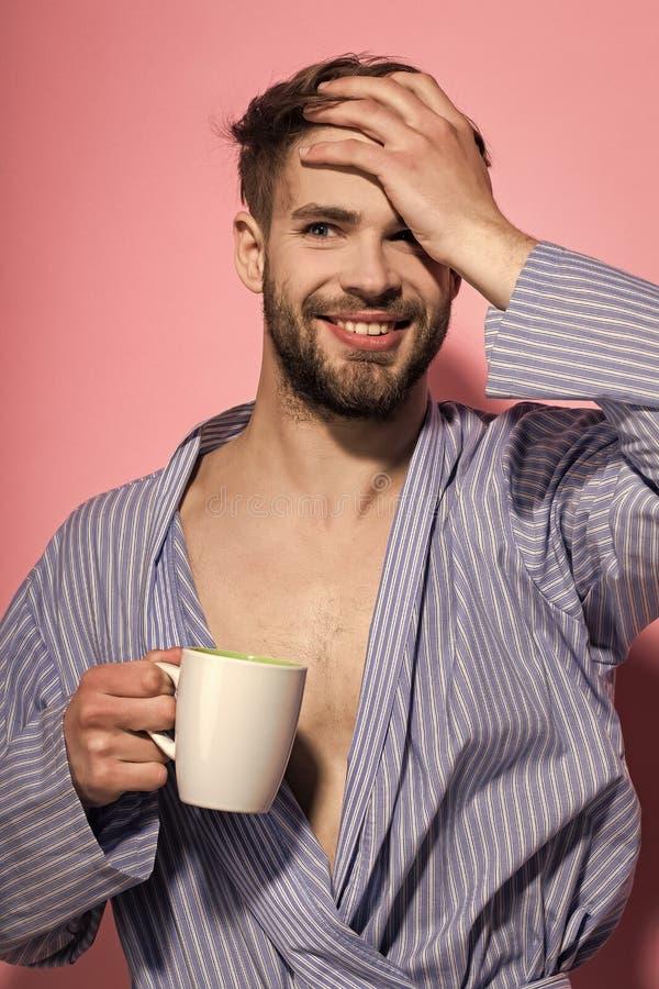 Άγαμος στο μπλε χαμόγελο εσθήτων επιδέσμου με την κούπα στοκ φωτογραφία με δικαίωμα ελεύθερης χρήσης