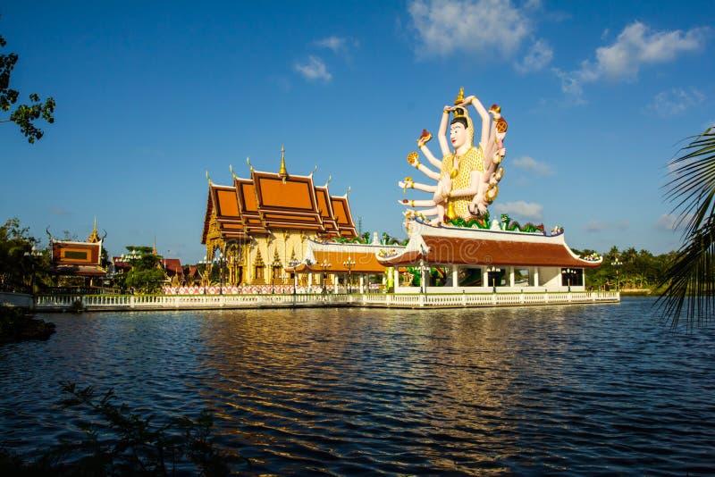 Άγαλμα δεκαοχτώ όπλων Βούδας Μέρος του ναού στοκ φωτογραφία με δικαίωμα ελεύθερης χρήσης