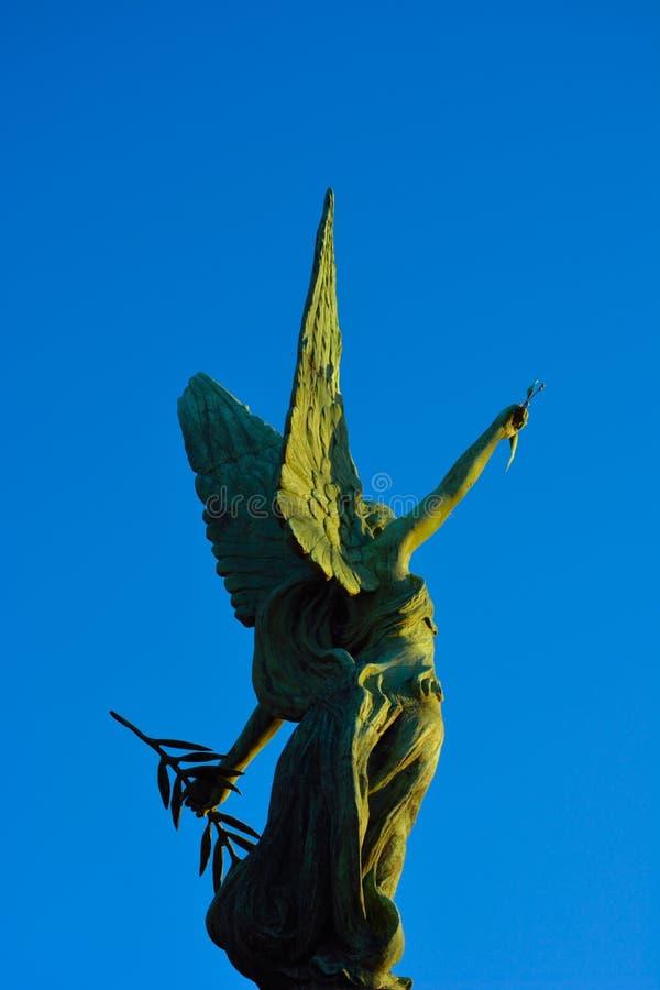 Άγαλμα ενός θηλυκού αγγέλου στοκ εικόνες