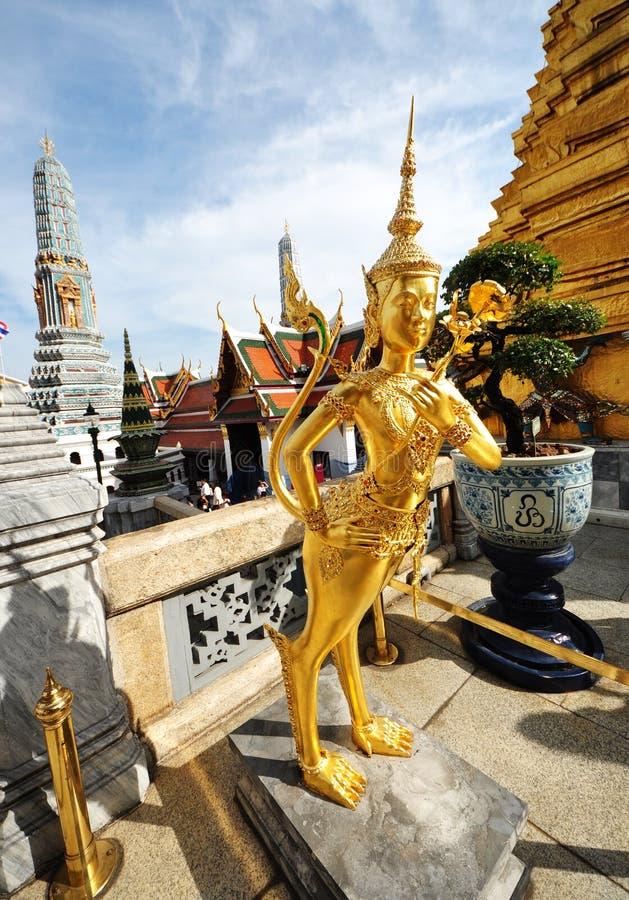 Άγαλμα ενός kinnara σε Wat Phra Kaew, Μπανγκόκ, Ταϊλάνδη στοκ φωτογραφία