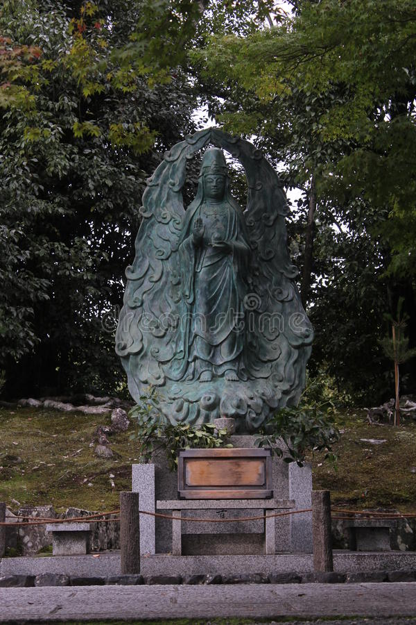 Άγαλμα θεοτήτων στον ιαπωνικό κήπο ναών στοκ εικόνες με δικαίωμα ελεύθερης χρήσης
