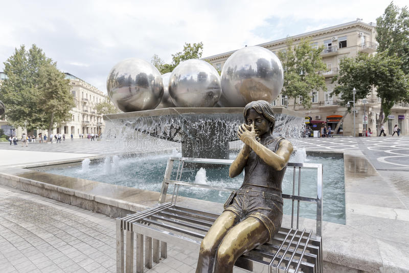 Άγαλμα κοριτσιών χαλκού και τετράγωνο πηγών στο Μπακού, Αζερμπαϊτζάν στοκ φωτογραφίες με δικαίωμα ελεύθερης χρήσης