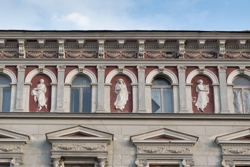 Άγαλμα - κλασικό αρχιτεκτονικό κτήριο ύφους σε Brasov, Ρουμανία, Τρανσυλβανία, Ευρώπη στοκ εικόνες