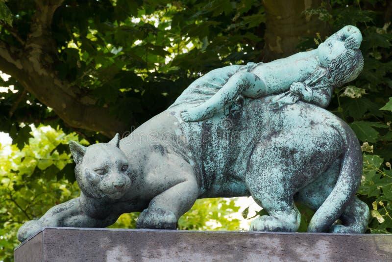 Άγαλμα μιας γάτας και του μωρού στοκ φωτογραφία με δικαίωμα ελεύθερης χρήσης