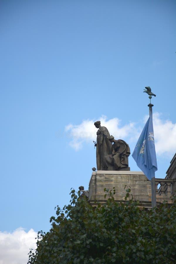 Άγαλμα πάνω από το μέγαρο μουσικής Carnegie στοκ φωτογραφία με δικαίωμα ελεύθερης χρήσης