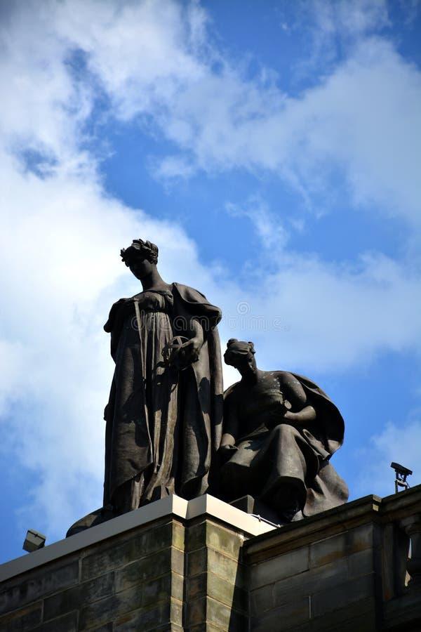 Άγαλμα πάνω από το μέγαρο μουσικής Carnegie στοκ εικόνες