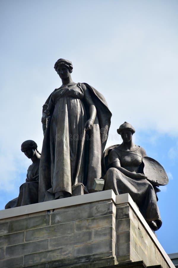 Άγαλμα πάνω από το μέγαρο μουσικής Carnegie στοκ εικόνα με δικαίωμα ελεύθερης χρήσης