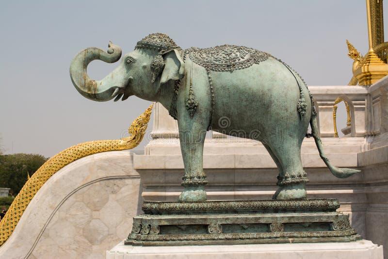 Άγαλμα στις αναμνηστικές κορώνες του auspice στοκ φωτογραφίες