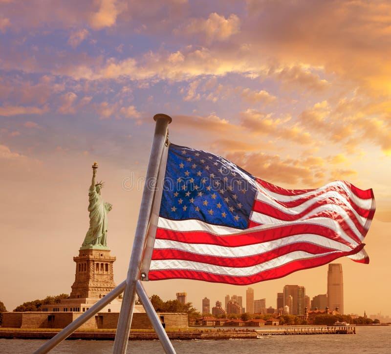 Άγαλμα της αμερικανικής σημαίας της Νέας Υόρκης ελευθερίας στοκ εικόνα με δικαίωμα ελεύθερης χρήσης