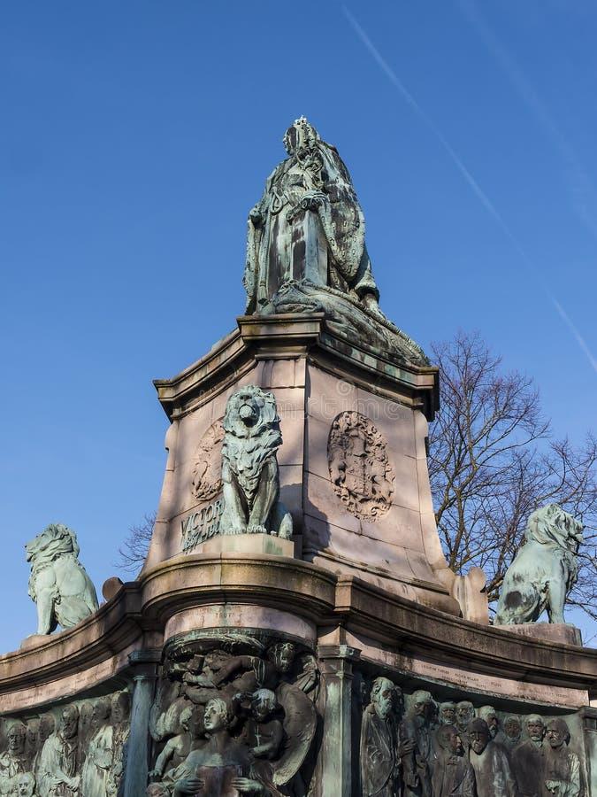 Άγαλμα της βασίλισσας Victoria στο Λάνκαστερ Αγγλία που στέκεται επάνω από τους πολιτικούς, τους καλλιτέχνες και τους συγγραφείς στοκ εικόνες