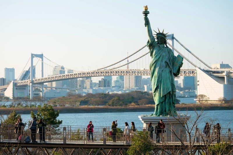 Άγαλμα της ελευθερίας και της γέφυρας ουράνιων τόξων, Odaiba, Τόκιο στοκ εικόνες