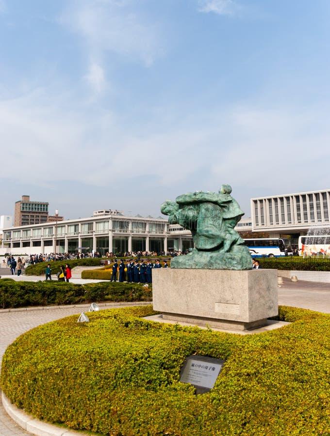 Άγαλμα της μητέρας και του παιδιού στη θύελλα έξω από την ειρήνη Memori στοκ εικόνες με δικαίωμα ελεύθερης χρήσης