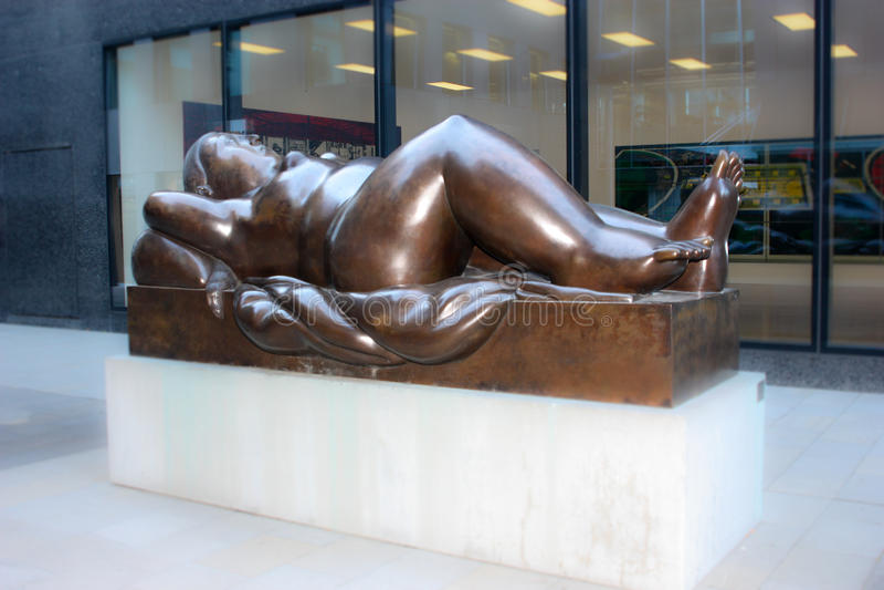 Άγαλμα της ξαπλώνοντας γυναίκας Fernando Botero σε Vaduz είναι το κύριο Λιχτενστάιν ένας γλύπτης από την Κολομβία 2 στοκ φωτογραφία με δικαίωμα ελεύθερης χρήσης