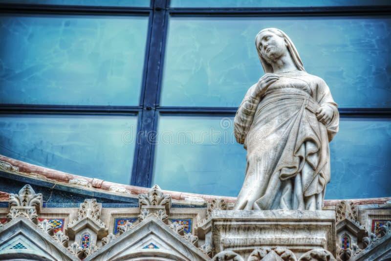 Άγαλμα της Mary στην πρόσοψη της Σιένα Duomo στοκ εικόνα