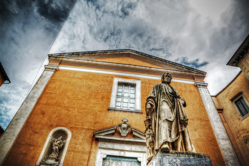 Άγαλμα της Nicola Pisano με την εκκλησία της Σάντα Μαρία del Carmine στοκ φωτογραφίες