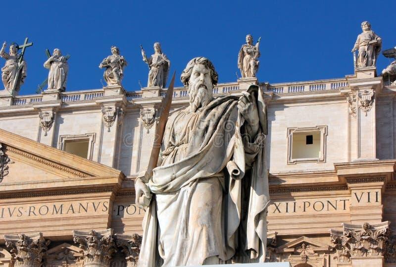 Άγαλμα του αποστόλου Paul με ένα ξίφος στο τετράγωνο του ST Peter, Ρώμη στοκ εικόνες