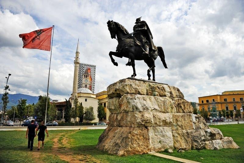 Άγαλμα του αλβανικού εθνικού ήρωα Σκεντέρμπεης στα Τίρανα στοκ εικόνες