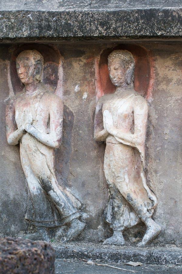 Άγαλμα του Βούδα που χαράζεται από τον ψαμμίτη στοκ φωτογραφία