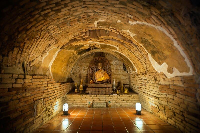 Άγαλμα του Βούδα σε μια από τις υπόγειες σήραγγες σε Wat Umong, Chiang Mai, Ταϊλάνδη στοκ εικόνα