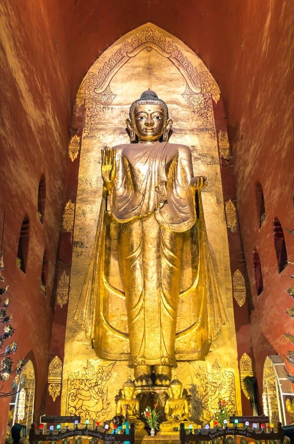 Άγαλμα του Βούδα στο ναό Ananda - Bagan το Μιανμάρ στοκ εικόνες