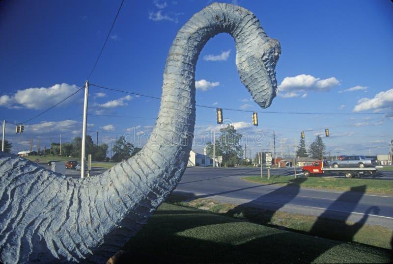 Άγαλμα του δεινοσαύρου στην έλξη ακρών του δρόμου, δύση VA στοκ φωτογραφία