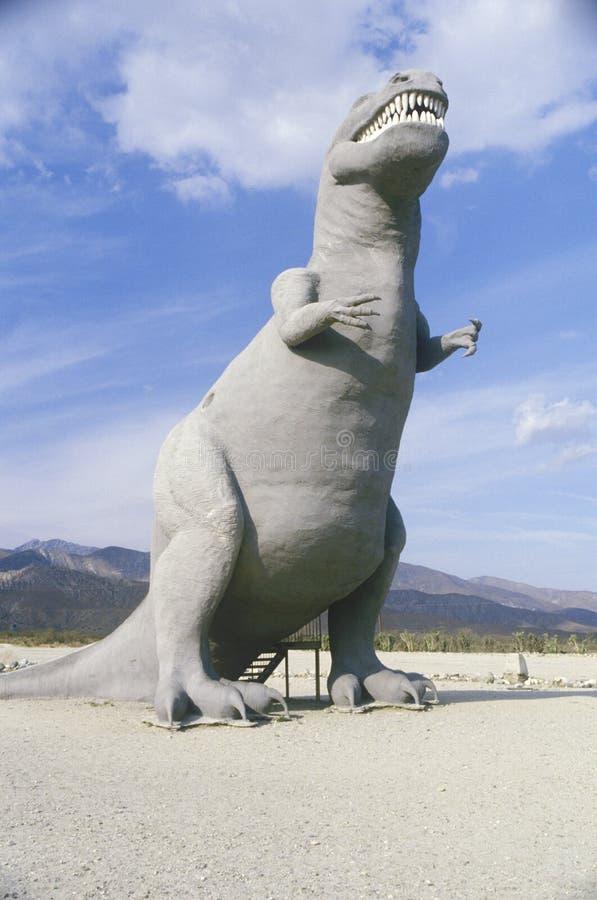 Άγαλμα του δεινοσαύρου Rex τυραννοσαύρων στην εθνική οδό 10 νότος, νότια Καλιφόρνια στοκ φωτογραφία με δικαίωμα ελεύθερης χρήσης