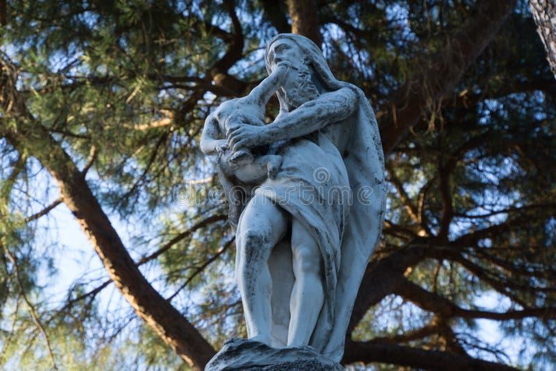 Άγαλμα του Κρόνου που καταβροχθίζει ένα παιδί στοκ εικόνα με δικαίωμα ελεύθερης χρήσης