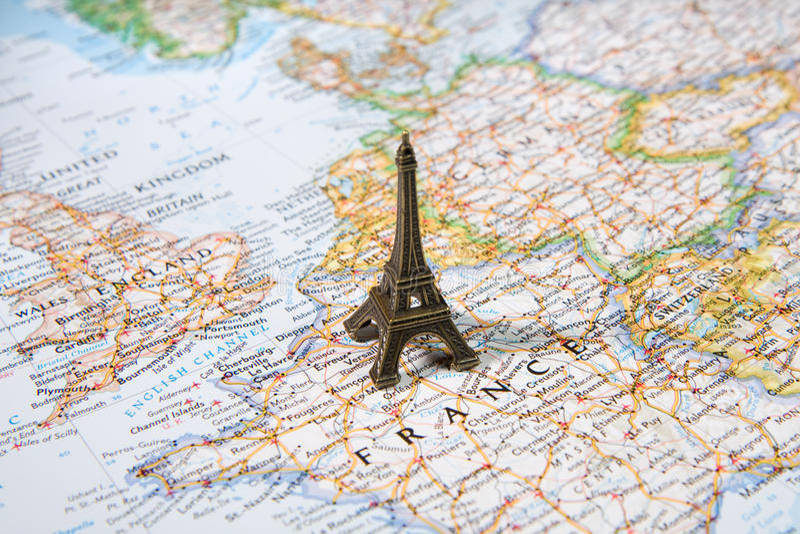 Άγαλμα του πύργου του Άιφελ σε έναν χάρτη, τόπος προορισμού τουριστών του Παρισιού πιό ρομαντικός στοκ φωτογραφία