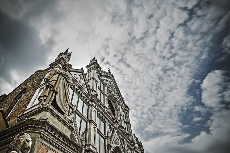Άγαλμα του Dante Alighieri με τον καθεδρικό ναό Santa Croce στο backgro στοκ φωτογραφία με δικαίωμα ελεύθερης χρήσης