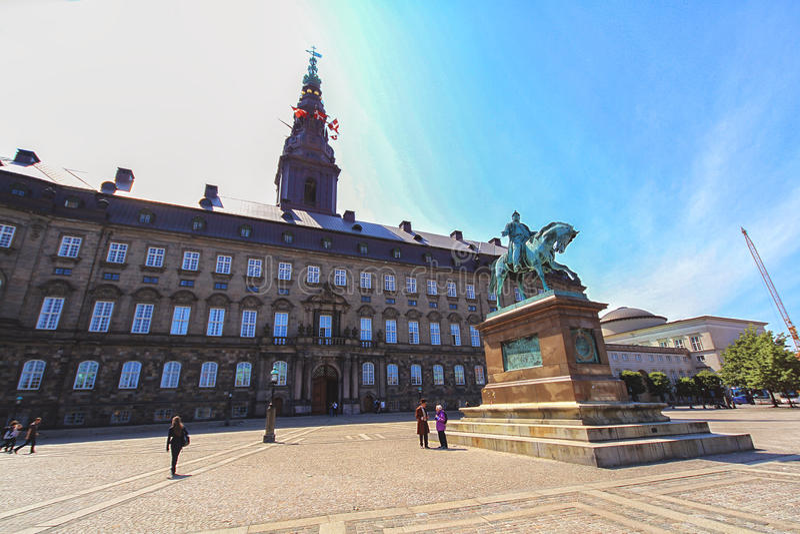 Άγαλμα του Frederick VII μπροστά από Christiansborg στην Κοπεγχάγη στοκ εικόνες