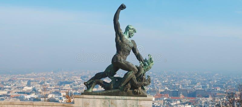Άγαλμα του ST George ο δολοφόνος Dregon στο λόφο Gellert στη Βουδαπέστη κύρια Ουγγαρία στοκ εικόνες