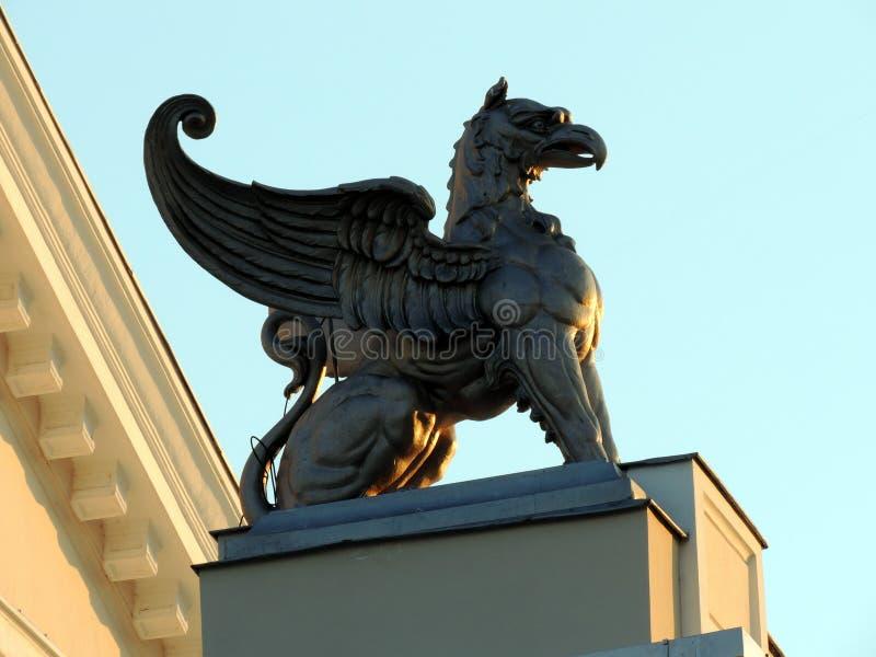 Άγαλμα χαλκού griffin στο ηλιοβασίλεμα στοκ εικόνες