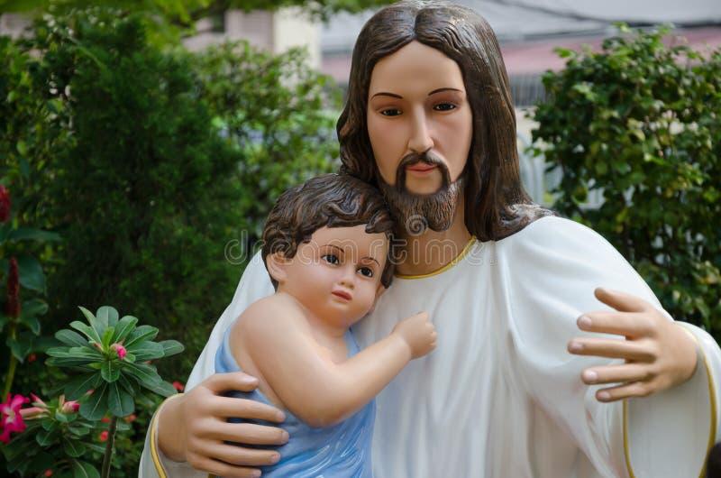 Άγαλμα Χριστού και του παιδιού στο αγκάλιασμα στοκ φωτογραφία