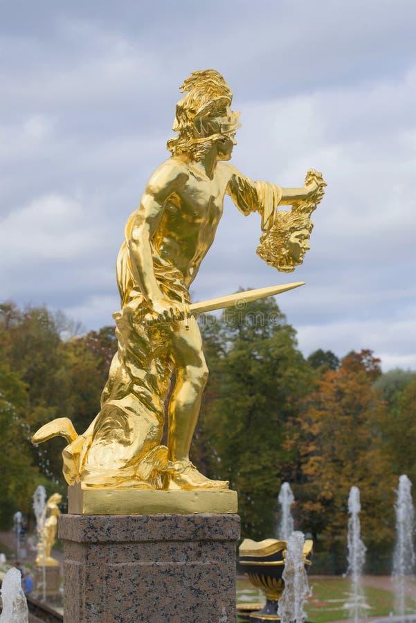 Άγαλμα Perseus με τον προϊστάμενο Medusa Ένα τεμάχιο του μεγάλου καταρράκτη, Peterhof στοκ εικόνα