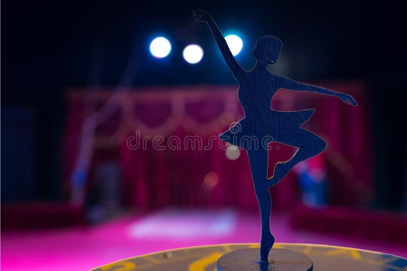Άγαλμα Spotlit σκιαγραφιών Ballerina στο κενό στάδιο στοκ φωτογραφία με δικαίωμα ελεύθερης χρήσης