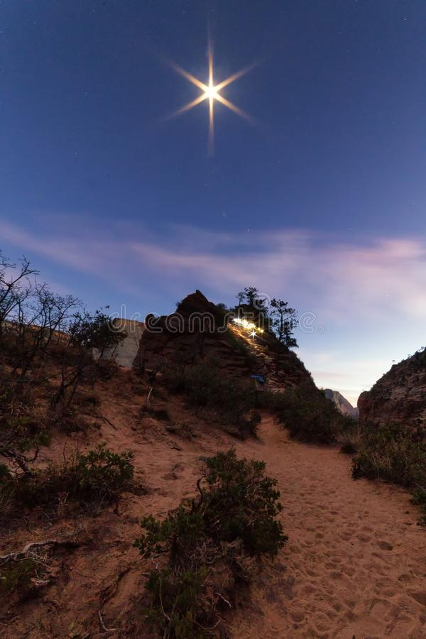 Άγγελοι που προσγειώνονται το ίχνος τη νύχτα με το επικεφαλής φως λαμπτήρων στοκ φωτογραφία