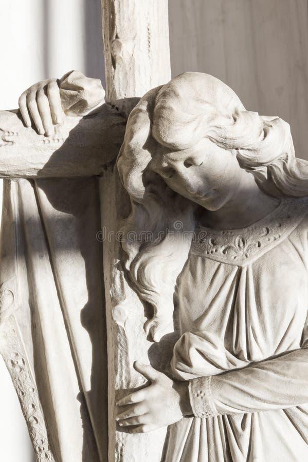 Άγγελος με το σταυρό στοκ εικόνες