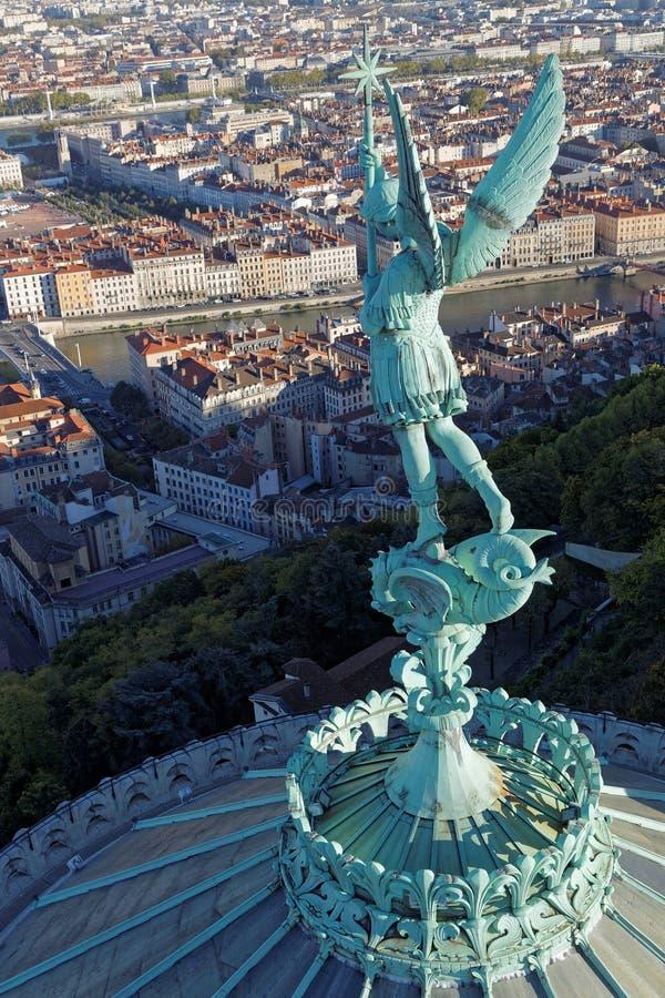 Άγγελος Gabriel πέρα από την πόλη στοκ φωτογραφίες