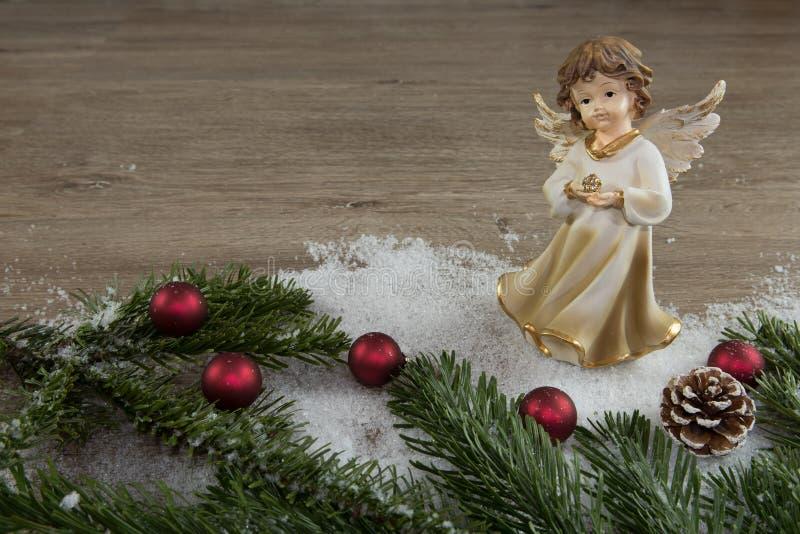 Άγγελος στο χιόνι και τις κόκκινες σφαίρες Χριστουγέννων στοκ φωτογραφία με δικαίωμα ελεύθερης χρήσης