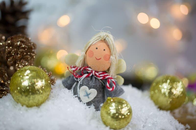 Άγγελος Χριστουγέννων στο χιόνι με τις σφαίρες χριστουγεννιάτικων δέντρων στοκ εικόνα με δικαίωμα ελεύθερης χρήσης