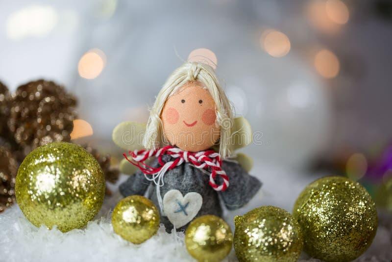 Άγγελος Χριστουγέννων στο χιόνι με τις σφαίρες χριστουγεννιάτικων δέντρων στοκ εικόνες