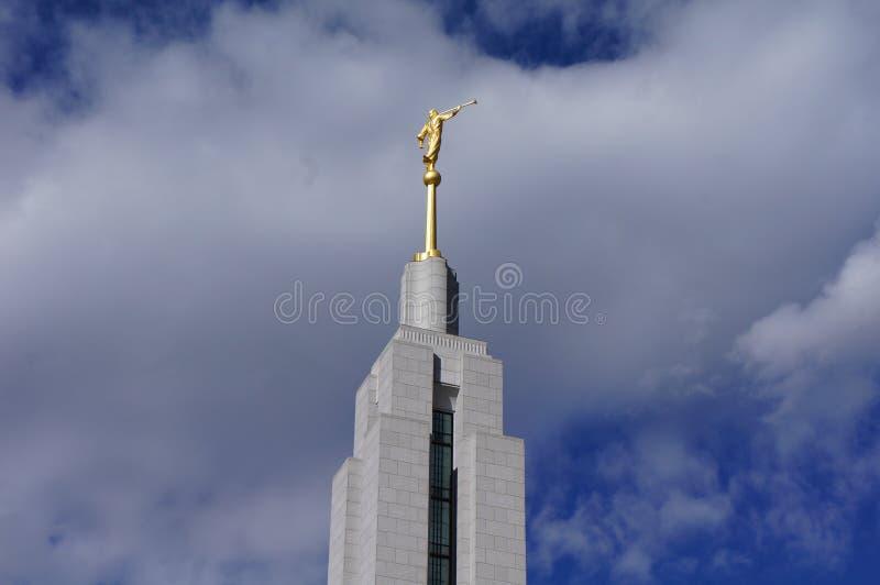 Άγγελος Moroni ναών LDS με έναν μπλε ουρανό και τα σύννεφα στοκ εικόνες