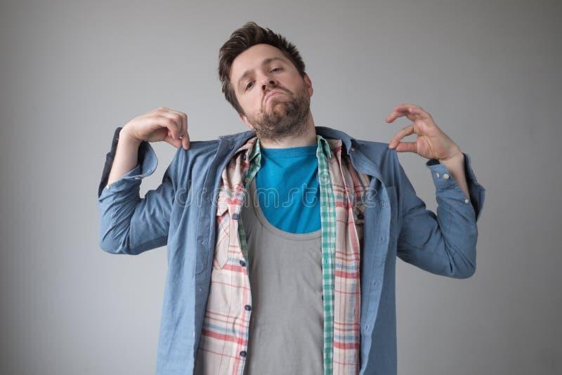 Άγευστος κωμικός άνδρας με πολλά πουκάμισα Φοράω όλα τα καλύτερα ρούχα μου στοκ φωτογραφία με δικαίωμα ελεύθερης χρήσης