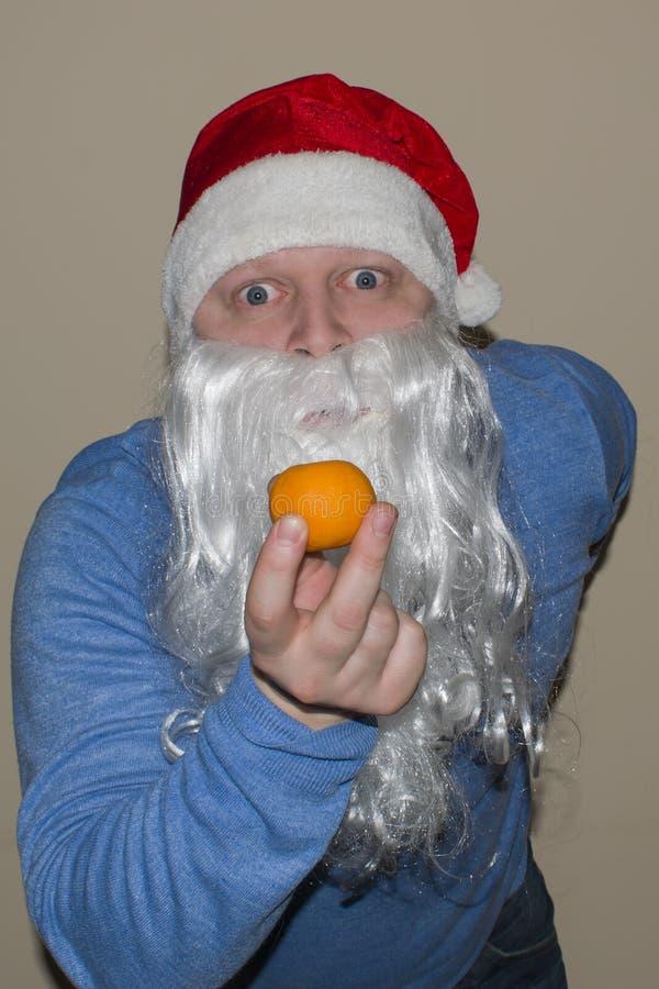 Άγιος Βασίλης και Mondarin στα χέρια τους στοκ φωτογραφίες